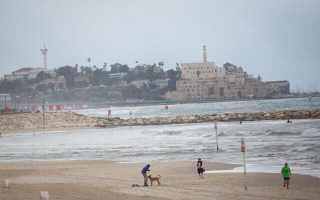 La plage de Tel Aviv quasiment vide, le 4 mars 2021. (Crédit : Miriam Alster/FLASH90)