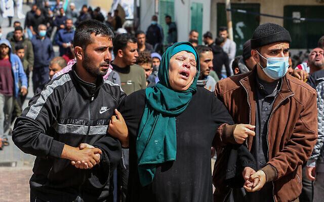 La famille et les proches pleurent la mort de trois pêcheurs de la famille Al-Lahham à Khan Younes, dans le sud de la bande de Gaza, le 7 mars 2021. Trois pêcheurs palestiniens ont été tués lorsque leur bateau a explosé au large des côtes de Gaza dans la mer Méditerranée. (Abed Rahim Khatib / Flash90)