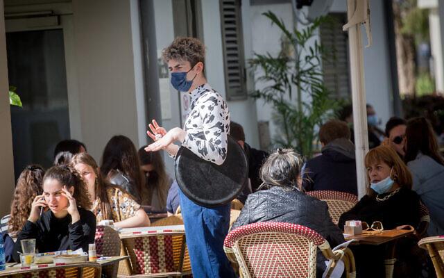 Des clients apprécient de dîner dans des restaurants après leur récente réouverture, à Tel Aviv, le 7 mars 2021. (Miriam Alster/Flash90)