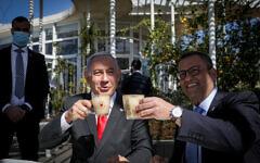 Benjamin Netanyahu et le maire de Jérusalem Moshe Leon attablés à un restaurant de la capitale, le 7 mars 2021. (Crédit : Noam Revkin Fenton/Flash90)