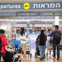 Des passagers à l'aéroport Ben-Gurion, près de Tel Aviv, le 8 mars 2021. (Crédit : Flash90)