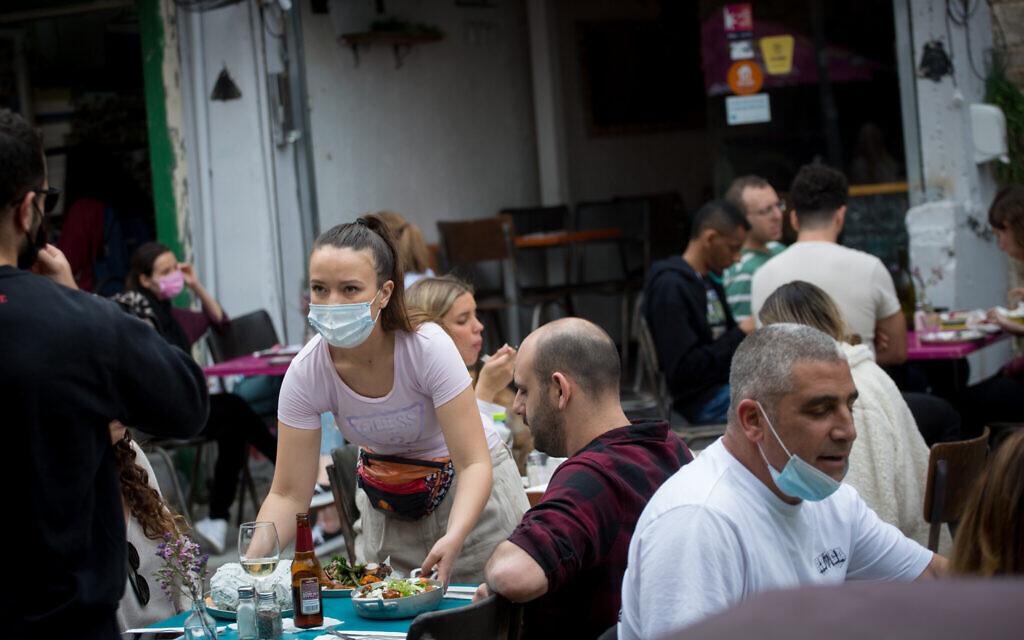 Des Israéliens dans un café de Tel Aviv, le 11 mars 2021. (Miriam Alster/FLASH90)