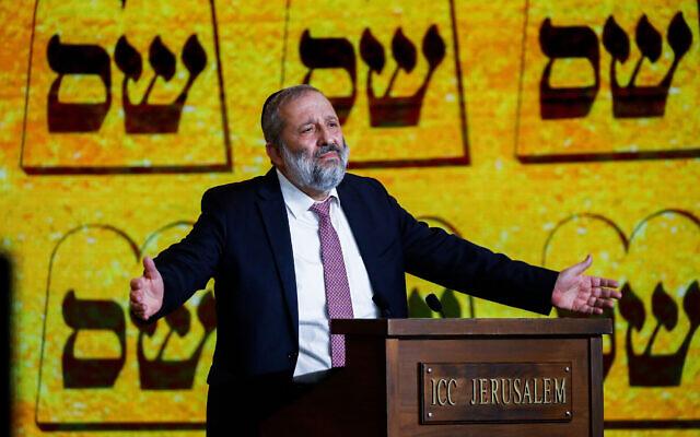 Le chef du parti Shas et ministre de l'Intérieur, Aryeh Deri, s'exprime lors d'un meeting électoral à Jérusalem, le 11 mars 2021. (Crédit : Olivier Fitoussi/Flash90)