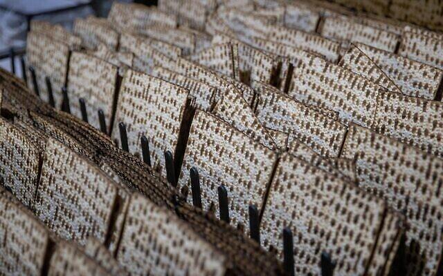 Illustration : des matsot sont préparées pour la prochaine fête juive de Pessah à l'usine « Yehuda Matzos » à Jérusalem le 16 mars 2021. (Yonatan Sindel / Flash90)