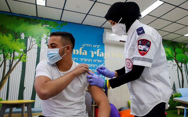 Un élève se fait vacciner au lycée Amal à Beer Sheva, dans le sud d'Israël, le 17 mars 2021. (Crédit : Flash90)