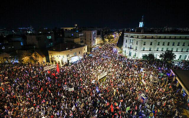 Des manifestants anti-Netanyahu se rassemblent devant la résidence du Premier ministre à Jérusalem le 20 mars 2021, quelques jours avant les élections en Israël. (Crédit : Yonatan Sindel / Flash90)