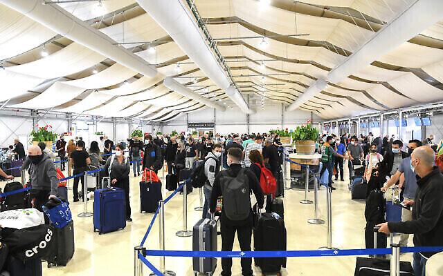 Des travailleurs médicaux testent les passagers pour le COVID-19 à l'aéroport international Ben Gourion près de Tel Aviv le 8 mars 2021. (Flash90)
