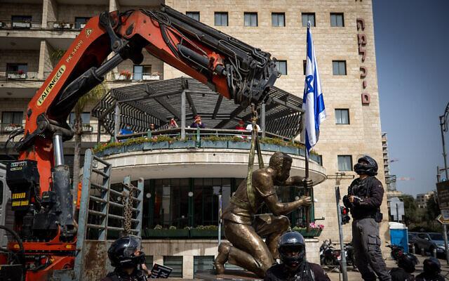 La police israélienne et les employés de la municipalité enlèvent une statue représentant un manifestant anti-Netanyahu aux abords de la résidence officielle du Premier ministre. (Crédit : Yonatan Sindel/Flash90)