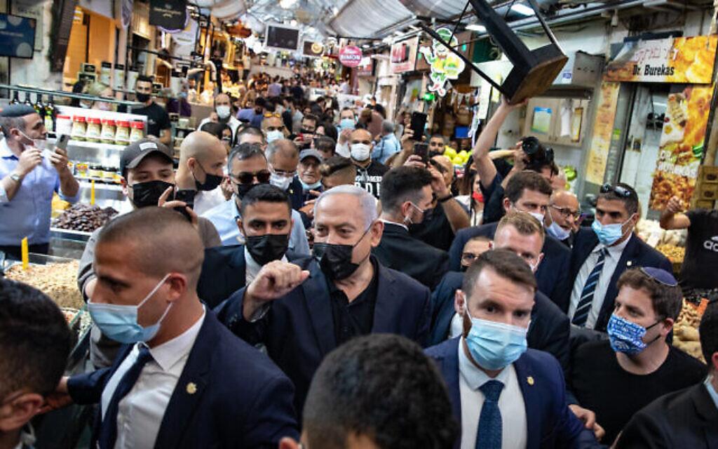 Le Premier ministre Benjamin Netanyahu effectue une visite au marché Mahane Yehuda de Jérusalem, la veille des élections générales, le 22 mars 2021. (Olivier Fitoussi / Flash90)