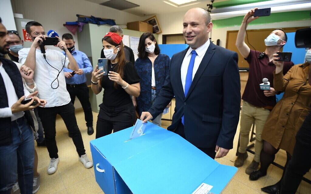 Le chef du parti Yamina Naftali Bennett, en compagnie de son épouse Gilat Bennett, vote à Raanana le 23 mars 2021. (Crédit : Gili Yaari/Flash90)