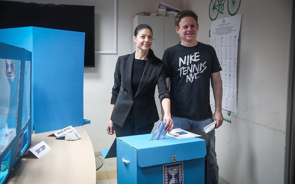 La cheffe du Parti travailliste Merav Michaeli vote à Tel Aviv, le 23 mars 2021. (Crédit : Miriam Alster/Flash90)