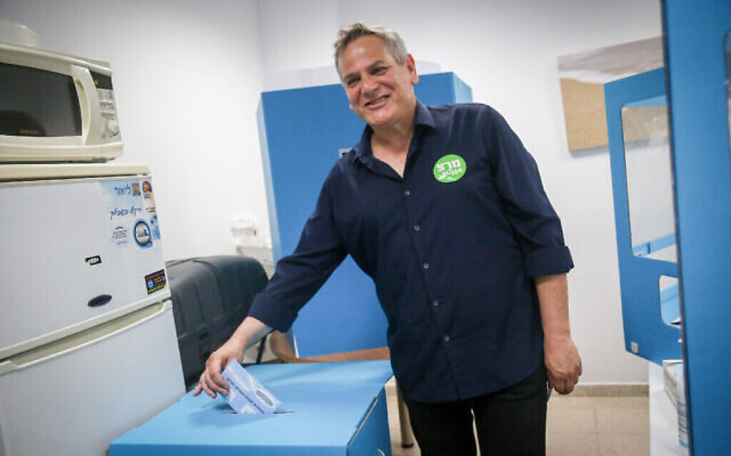 Le chef du parti du Meretz, Nitzan Horowitz, vote dans un bureau de vote de Tel Aviv, lors des élections à la Knesset, le 23 mars 2021. (Crédit :   Miriam Alster/Flash90)