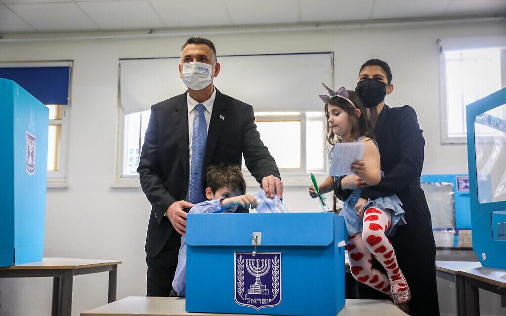 Le chef du parti Tikva Hadasha, Gideon Saar, et son épouse Geula déposent leur bulletin de vote dans un bureau de vote à Tel Aviv lors des élections pour la Knesset, le 23 mars 2021. (Noam Revkin Fenton/Flash90)