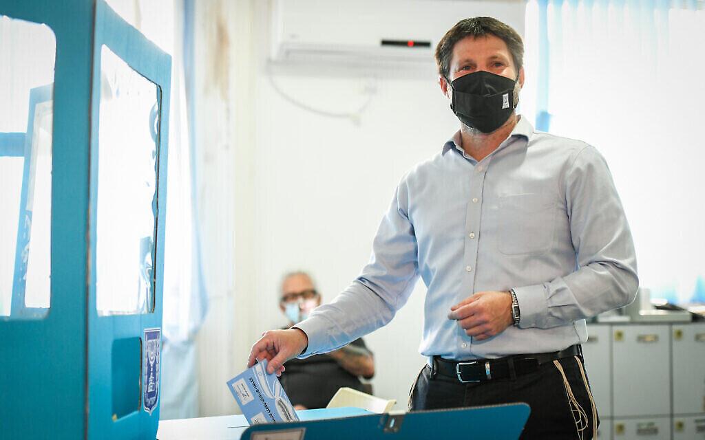 Le dirigeant du Parti sioniste religieux Bezalel Smotrich dépose son bulletin de vote dans un bureau de vote à Kedumim, lors des élections pour la Knesset, le 23 mars 2021. (Sraya Diamant/Flash90)