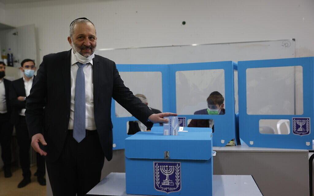 Le chef du parti Shas Aryeh Deri vote à Jérusalem le 23 mars 2021. (Crédit : Yonatan Sindel/FLASH90)