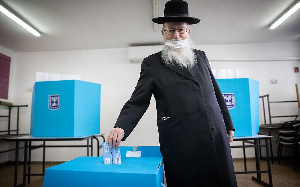 Le député Yaakov Litzman vote à Jérusalem, le 23 mars 2021. (Crédit : Yonatan Sindel/Flash90)