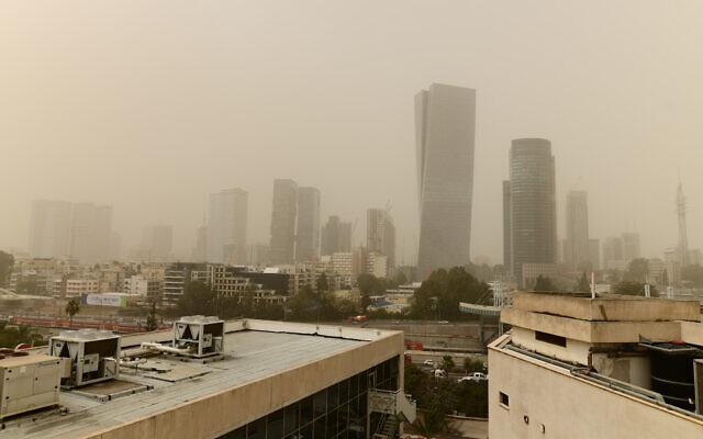 Vue de Tel Aviv par un jour de brouillard, le 24 mars 2021. (Tomer Neuberg/Flash90)