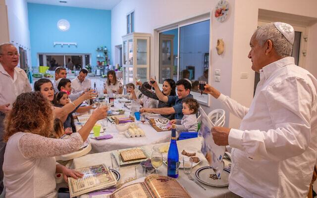 Photo d'illustration : Une famille israélienne fête Pessah au Moshav Yashresh, le 27 mars 2021. (Crédit : Yossi Aloni/Flash90)