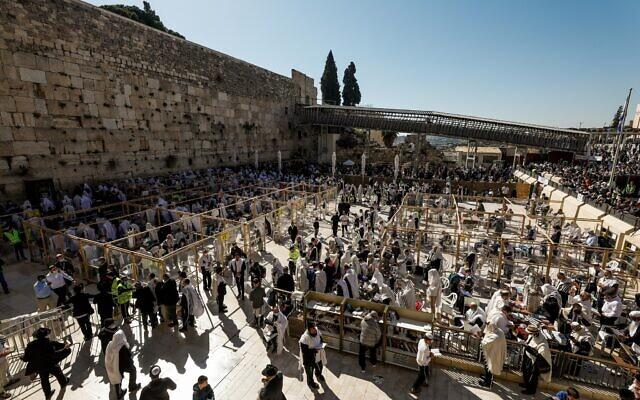 Des fidèles juifs portant leurs châles de prière devant le mur Occidental pendant la bénédiction de Pessah, le 29 mars 2021. (Crédit : Olivier Fitoussi/Flash90)