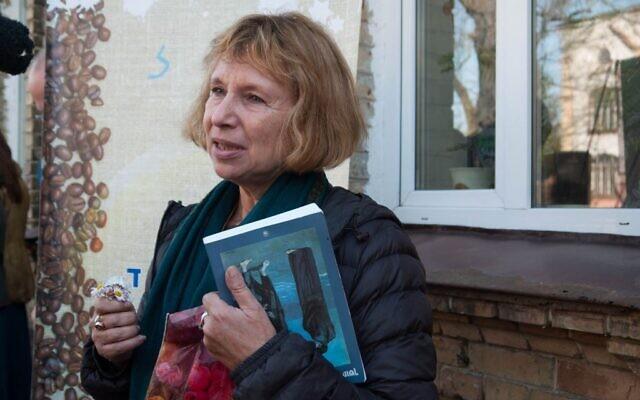 Fania Oz-Salzberger devant la maison de sa grand-mère à Rivne, en novembre 2014. (Yifa Yaakov/Times of Israel)
