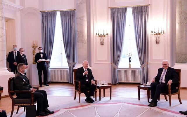 Le chef d'état-major israélien Aviv Kohavi, le président israélien Reuven Rivlin et le président allemand Frank-Walter Steinmeier, à Berlin, le 16 mars 2021. (Crédit : Amos Ben Gershom / GPO)