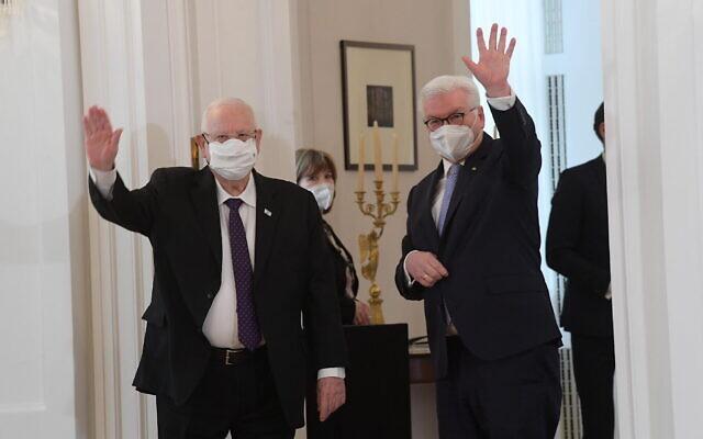 Le président Reuven Rivlin, à gauche, et son homologue allemand  Frank-Walter Steinmeier se rencontrent à Berlin, le 16 mars 2021. (Crédit : Amos Ben Gershom/GPO)