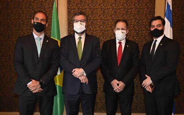 De droite à gauche, un conseiller du Premier ministre brésilien, Tzachi Braverman, le ministre des Affaires étrangères brésilien Ernesto Araujo, et le fils du président brésilien Jair Bolsonaro, lors d'une rencontre, le 9 mars 2021. (Crédit : Jorge Novominsky/GPO)