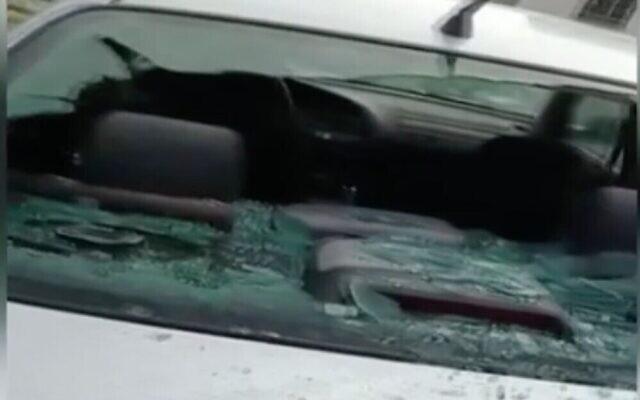Capture d'écran d'une voiture endommagée lors d'un crime de haine présumé dans le village palestinien de Huwara en Cisjordanie, le 2 mars 2021. (Douzième chaîne)