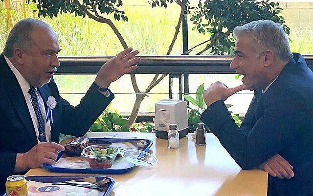 Le chef de Yisrael Beytenu, Avidgor Liberman (à gauche), s'entretient avec Yair Lapid, alors numéro 2 de Kakhol Lavan, à la cafétéria de la Knesset le 3 octobre 2019. (Crédit : Raoul Wootliff / Times of Israel)