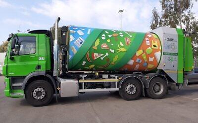 Le nouveau camion-poubelles mis en circulation à Tel Aviv va être baptisé d'un nom en hébreu par le biais d'un concours qui dure jusqu'au 23 mars 2021. (Autorisation : Ville de Tel Aviv-Jaffa)