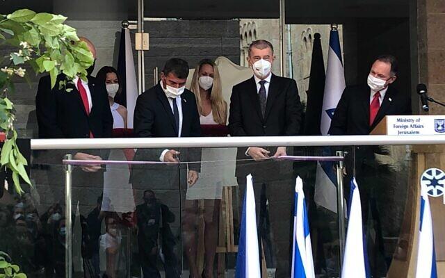Le ministre des Affaires étrangères Gabi Ashkenazi (deuxième à gauche) et le Premier ministre tchèque Andres Babiš coupent le ruban lors de la cérémonie d'ouverture du bureau de l'ambassade de République tchèque à Jérusalem, le 11 mars 2021. (Crédit : Lazar Berman / The Times of Israël)