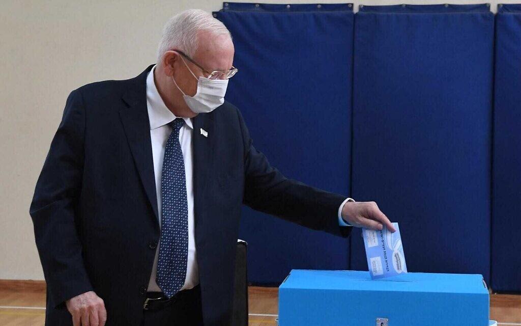 Le président Reuven Rivlin vote lors des élections à la Knesset de Jérusalem, le 23 mars 2021. (Crédit : Mark Neyman/GPO)