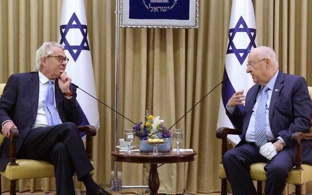Le président Reuven Rivlin (à droite) accueille le nouveau coordinateur spécial des Nations Unies pour le processus de paix au Moyen-Orient, Tor Wennesland, à la résidence du président à Jérusalem, le 21 mars 2021. (Mark Neyman, GPO)