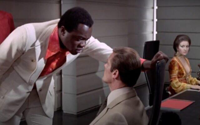 """Capture d'écran d'une vidéo de l'acteur Yaphet Kotto, à gauche, à côté de Roger Moore dans le film """"Vivre et laisser mourir"""". (Capture d'écran : YouTube)"""
