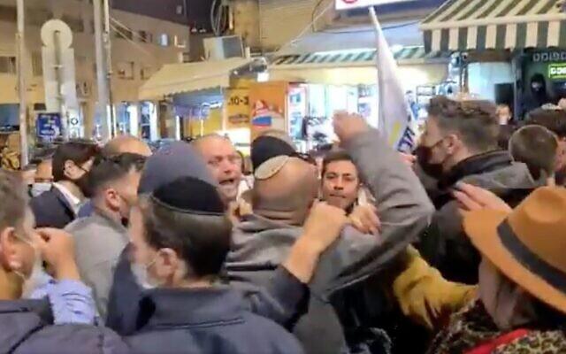Capture d'écran de la vidéo d'un affrontement entre des militants du Likud et le candidat à la Knesset du parti de la Tikva Hadasha, Ofer Berkovitch, alors qu'il faisait campagne sur le marché de Mahane Yehudah à Jérusalem, le 15 mars 2021. (Twitter)