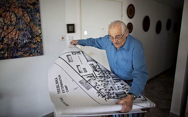 Sur cette photo d'archive du 31 octobre 2010, le survivant de la Shoah Samuel Willenberg, qui a créé le mémorial de Częstochowa, montre une carte du camp d'extermination de Treblinka lors d'un entretien avec l'Associated Press à Tel Aviv, Israël. (Photo AP / Oded Balilty, File)