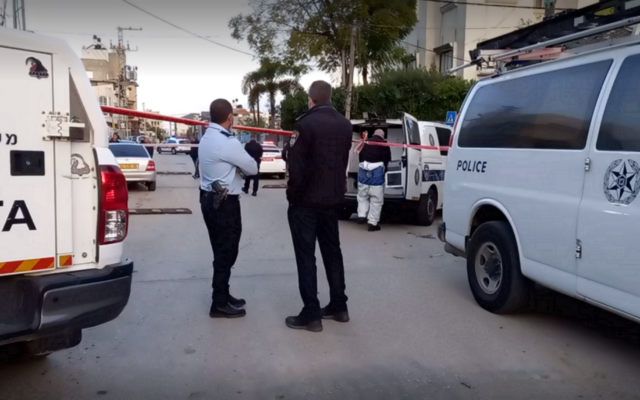 La police sur les lieux d'une fusillade mortelle qui a tué Leith Nasra à Qalansawe, le 19 mars 2021. (Capture d'écran : Ynet)
