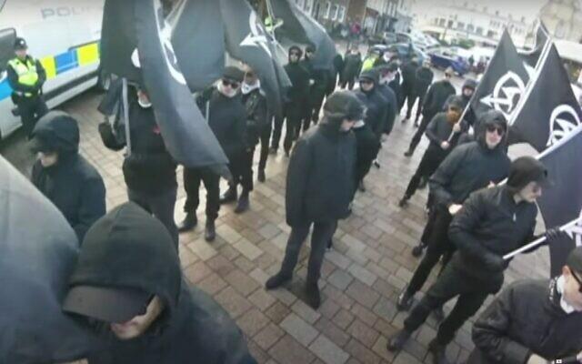 Capture d'écran d'une vidéo d'une manifestation du groupe d'extrême droite National Action, basé au Royaume-Uni, dont la Sonnenkrieg Division est une scission. (Capture d'écran YouTube)