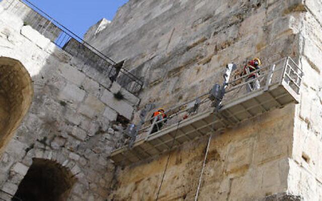 Des ouvriers travaillent sur le projet de rénovation de la tour de Phasael, au sein du complexe de la Tour de David. (Crédit : Ricky Rachman/ Musée de la Tour de David)