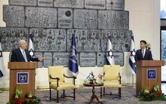 Le nouvel ambassadeur émirati en Israël Mohamed Mahmoud Fateh Ali Al Khaja (d) aux côtés du président Reuven Rivlin, après lui avoir remis ses lettres de créance à Jérusalem, le 1er mars 2021. (Crédit : Marc Neyman/GPO)