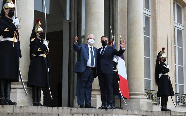 Le président israélien Reuven Rivlin reçu à l'Elysée par son homologue français Emmanuel Macron, le 18 mars 2020. (Crédit : Amos Ben-Gershom/GPO)
