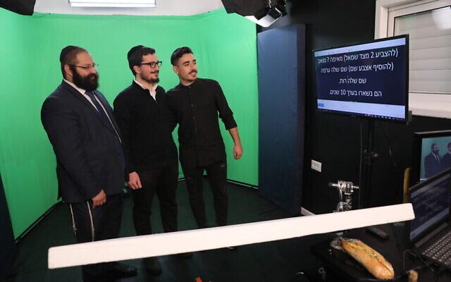 Le rabbin Yehoshua Soudakoff (à gauche) dans la salle de l'écran vert avec les acteurs Daniel Malka (au centre) et Chen Belilty. (Autorisation)