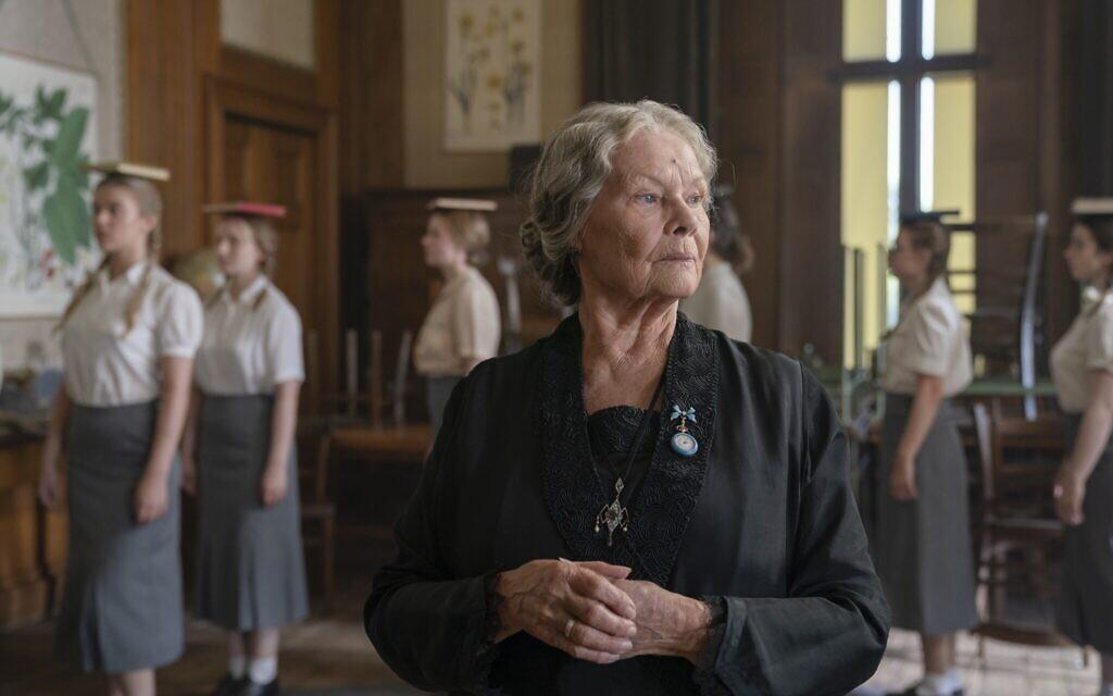 Judi Dench interprète « Miss Rocholl » dans « Six minutes to Midnight ». (Autorisation : IFC Films)