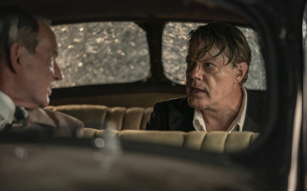David Schofield interprète « Colonel Smith » (à gauche) et Eddie Izzard « Thomas Miller » dans « Six minutes to Midnight ». (Autorisation : IFC Films)