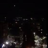 Des images des médias d'État syriens montrent des missiles de défense aérienne tirés près de Damas en réponse aux frappes israéliennes, le 28 février 2021. (Capture d'écran Twitter)