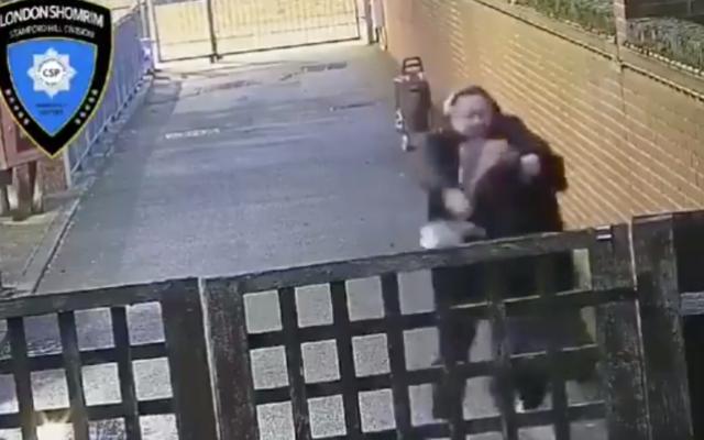Images de l'agression d'une femme juive enceinte à Stamford Hill, à Londres, le 18 mars 2021. (Capture d'écran/Twitter)