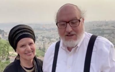 Esther et Jonathan Pollard surplombent Jérusalem au mois de mars 2021. (Capture d'écran : Israel Hayom)
