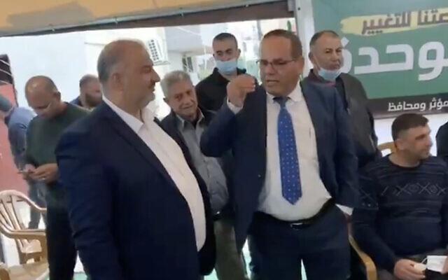 Le député du Likud Ayoub Kara rencontre le chef de Raam Mansour Abbas dans la ville de Maghar, au nord d'Israël, le 27 mars 2021. (Capture d'écran : Twitter)