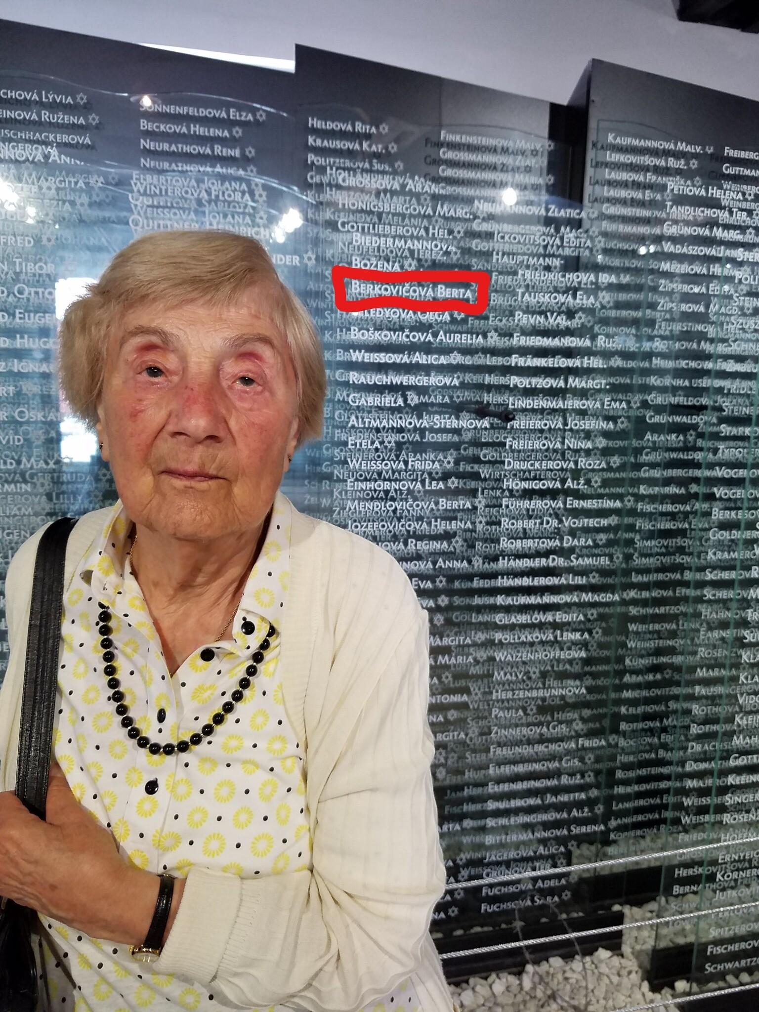 Au musée de la Shoah Sered en Slovaquie, Berta Kohut se tient devant une plaque qui l'a placée, par erreur, parmi les victimes d'Auschwitz, en 2016. (Autorisation : Tom Areton)