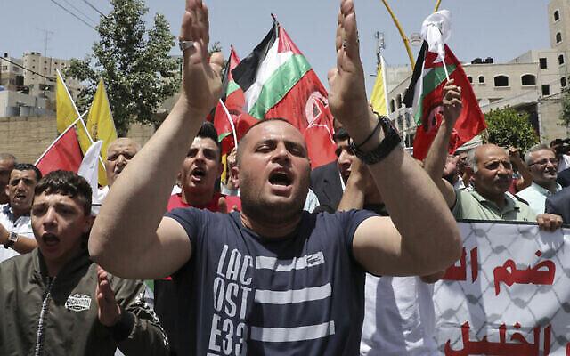 Des partisans palestiniens du mouvement Fatah manifestent dans la ville d'Hébron, en Cisjordanie, le 5 juin 2020. (Hazem Bader/AFP)